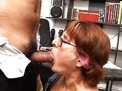 Cleaners fucking in the bosses office. Mature lady is sucking and eating sperma like a pornstar with experience